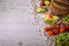 Хлеб хлопьев отрезанный с овощами стоковая фотография rf