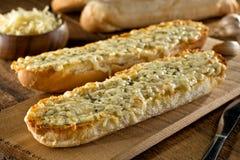 Хлеб чеснока с расплавленными сыром и травами моццареллы Стоковые Фотографии RF