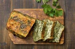 Хлеб шпината на деревянной доске стоковые фотографии rf