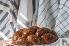 Хлеб Challah на деревянной плите на деревянном столе стоковая фотография