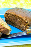 Хлеб Rye на голубом диске Стоковое Изображение