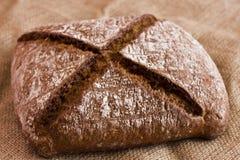 Хлеб Rye темный на мешковине Стоковые Фотографии RF