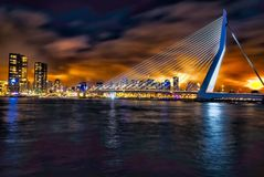 Хлев Роттердама фотографии ночи моста Erasmus старый стоковые изображения rf