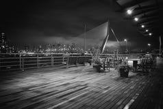 Хлев Роттердама фотографии ночи моста Erasmus старый стоковое фото