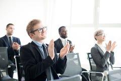Хлопать коллеги в конференц-зале Стоковая Фотография RF