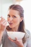 хлопья для завтрака закрывают женщину имея вверх Стоковые Изображения
