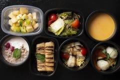 Хлопья, свежие ягоды, фрукты и овощи в пищевых контейнерах eco, взгляде сверху стоковые фото