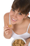 хлопья для завтрака едят женский здоровый подросток Стоковое фото RF