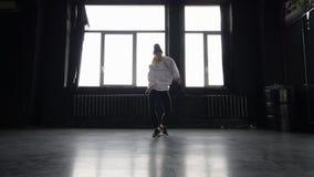 Хмель стильного танца девушки тазобедренный в черно-белых одеждах видеоматериал