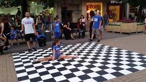 Хмель бедра танцев улицы маленькой девочки сток-видео