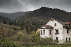 Хмурая дом в древесинах стоковое фото