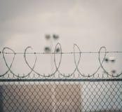 Хмурая колючая проволока тюрьмы стоковое изображение rf
