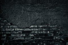 Хмурая черно-белая предпосылка старой затрапезной темной кирпичной стены стоковое фото