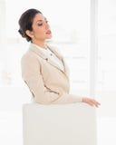 Хмуриться коммерсантка стоя за ее стулом стоковое изображение