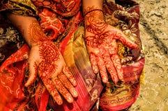 Хна на руках невест Стоковые Фотографии RF