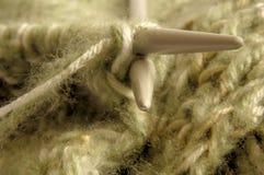 Хобби вязать, 2 вязать иглы с зелеными шерстями Стоковое Изображение RF