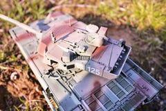 Хобби - собрание уменьшенных экземпляров реальных боевых танков Такие модели очень популярны и много вентиляторов собирают множес стоковое изображение