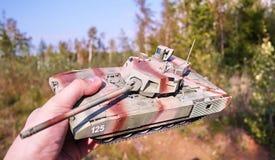 Хобби - собрание уменьшенных экземпляров реальных боевых танков Такие модели очень популярны и много вентиляторов собирают множес стоковые фотографии rf