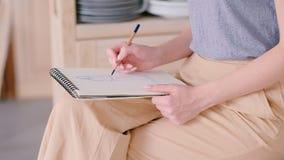 Хобби таланта стиля женского художника сидя делая эскиз к сток-видео