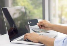 Ходить по магазинам бизнесмена онлайн с делом, мультимедиа стоковые изображения rf