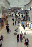 Ходить по магазинам в моле Стоковая Фотография RF