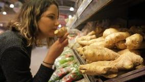 Ходить по магазинам для корня имбиря в супермаркете сток-видео
