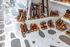 Ходить по магазинам для handmade кожаных сандалий Стоковое Фото