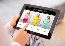 Ходить по магазинам женщины онлайн для нового платья Стоковые Изображения RF