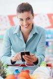 Ходить по магазинам и передвижные apps Стоковые Изображения