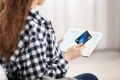 Ходить по магазинам молодой женщины онлайн с кредитной карточкой стоковые изображения