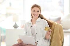 Ходить по магазинам молодой женщины онлайн с кредитной карточкой стоковое фото rf