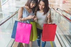 Ходить по магазинам молодых азиатских девушек идя стоковое изображение rf