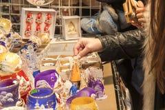 Ходить по магазинам на уличном рынке рождества Стоковое Изображение