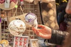 Ходить по магазинам на уличном рынке рождества Стоковые Фотографии RF