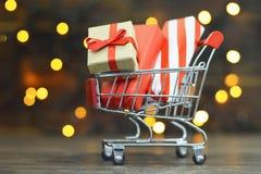 Ходить по магазинам подарков рождества стоковые изображения rf