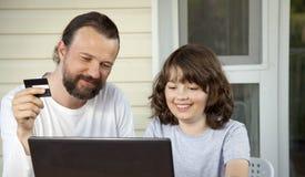 Ходить по магазинам семьи онлайн через террасу на вечере лета стоковое изображение rf