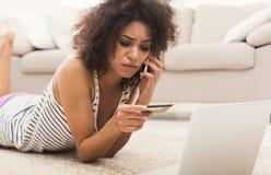 Ходить по магазинам чернокожей женщины онлайн с кредитной карточкой Стоковые Фото
