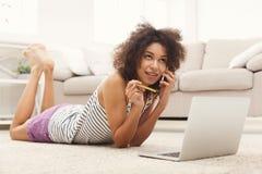 Ходить по магазинам чернокожей женщины онлайн с кредитной карточкой Стоковое Изображение RF