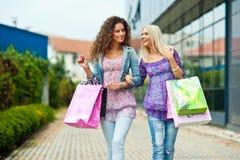 Ходить по магазинам 2 друзей женщины Стоковые Фотографии RF
