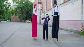 Ходули и пантомима делают представление на улице акции видеоматериалы