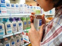 Ходя по магазинам косметики и здравоохранение мицелларного молока разнообразные медицинские Стоковые Изображения