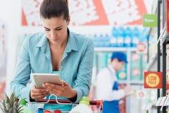 Ходя по магазинам передвижной app стоковая фотография rf