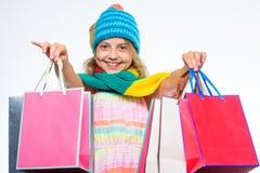 Ходя по магазинам сезон зимы падения черная покупка пятницы Шляпа и шарф осени стороны девушки милой связанные ноской держат поку стоковое фото
