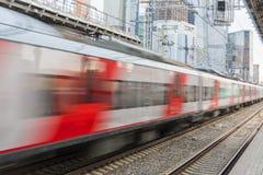 Ход быстроходного поезда в городе против фона небоскребов стоковая фотография