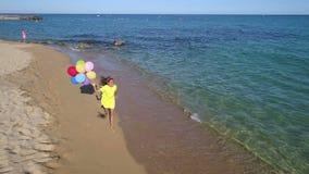ход девушки пляжа счастливый сток-видео