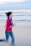 ход девушки пляжа стоковое изображение rf
