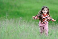 ход девушки поля зеленый стоковое фото rf