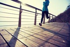 ход женщины на деревянном взморье восхода солнца променада стоковая фотография