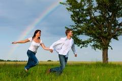 ход лужка пар счастливый стоковое фото rf