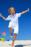 ход мальчика пляжа Стоковые Изображения
